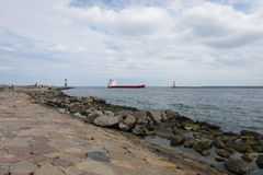 Lastfartyget NAVITA skriver in hamnstaden av Rostock Royaltyfri Bild