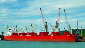 Lastfartygflyttningpåfyllning på port stock video