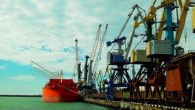 Lastfartygflyttningpåfyllning på port Tid schackningsperiod arkivfilmer