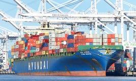LastfartygHYUNDAI SINGAPORE päfyllning på porten av Oakland royaltyfria bilder