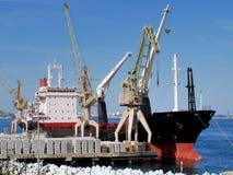 Lastfartygpäfyllning på kajen royaltyfria bilder