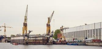 Lastfartygpäfyllning sträcker på halsen i industriell zon på floden, logistiskt trans. för frakter förbi vattenbegrepp arkivbilder