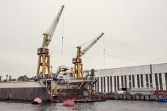 Lastfartygpäfyllning sträcker på halsen i industriell zon på floden, logistiskt trans. för frakter förbi vattenbegrepp royaltyfria foton