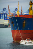 Lastfartygpilbåge royaltyfri fotografi