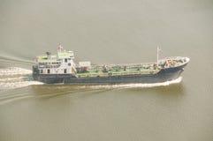 Lastfartygrörelse i floden Arkivfoto