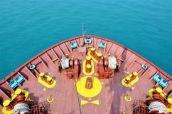 Lastfartygsegling till och med det lugna havet arkivfoto