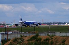 Lastflygplanlandning i sheremetevoflygplats Royaltyfri Foto