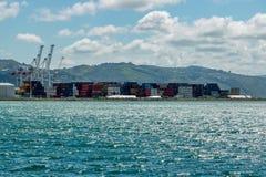 Lastfraktbehållare i hamn royaltyfria bilder