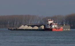 Lastkähne, die Kies auf der Donau transportieren stockfoto