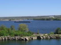 Lastkahn auf dem Fluss Lizenzfreie Stockfotografie