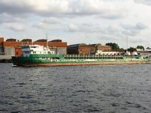 Lastkahn auf dem Neva-Fluss Lizenzfreie Stockbilder