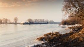 Lastkahn auf der Elbe im Winter bei Sonnenuntergang Lizenzfreie Stockfotografie