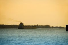 Lastkahn auf Detroit-Fluss stockfoto