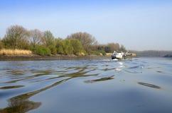 Lastkahn auf einem Fluss Lizenzfreie Stockfotos