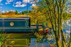 Lastkahn auf Fluss Lizenzfreies Stockfoto
