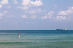 Lastkahn, der auf das blaue Meer schwimmt Stockfotografie