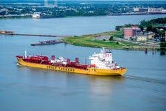 Lastkahn, der dem Ufer in New Orleans sich nähert Stockbilder