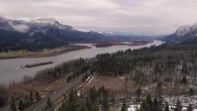 Lastkahn, der den Columbia River in Richtung zu Bonneville-Verschluss hochdrückt stock video footage
