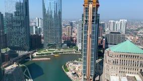 Lastkahn mit Schutt führt ein Wassertaxi auf dem Chicago River bei Wolf Point stock video