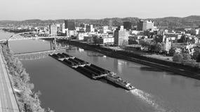 Lastkahn transportiert Kohle entlang Kanawha River und Charleston West Virgina lizenzfreie stockbilder