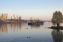 Lastkahn und Baukräne auf einem Fluss lizenzfreies stockfoto