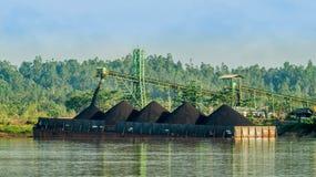 Lastkahn voll der Kohle stockfotografie