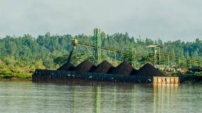 Lastkahn voll der Kohle lizenzfreies stockfoto