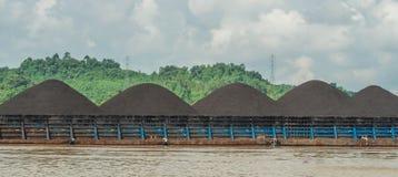 Lastkahn voll der Kohle stockbilder