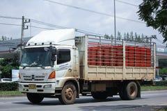 Lastlastbil av läderremmen i transport Arkivfoton
