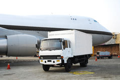 Lastlastbil och flygplan Royaltyfri Fotografi