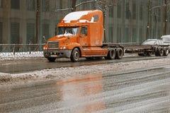 Lastlastbil på den stads- huvudvägen med väggen med fönster på en bakgrund spain för bergpyrenees väg lastbil Royaltyfria Foton