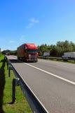 Lastlastbil på en huvudväg Arkivfoton