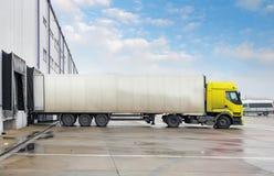 Lastlastbil på lagerbyggnad Royaltyfri Bild