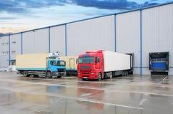 Lastlastbil på lagerbyggnad Royaltyfri Fotografi