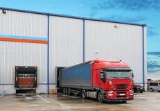 Lastlastbil på lagerbyggnad Arkivfoton