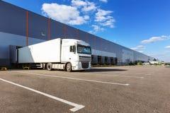 Lastlastbil på lagerbyggnad Arkivfoto