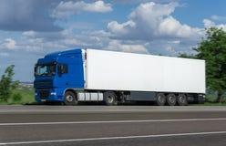 Lastlastbil på vägen Arkivfoton