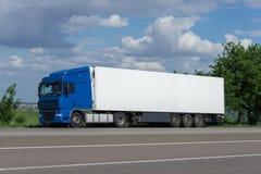 Lastlastbil på vägen Arkivfoto
