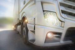Lastlastbil som rusar på en huvudväg Arkivfoton