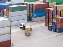 Lastlastbilen levererar behållare Royaltyfri Fotografi