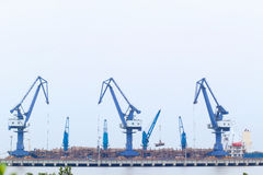 lastlyftande hamnplats Royaltyfri Fotografi