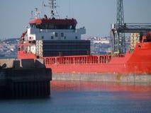 Lastnavire på port i varmt ljus Arkivfoto