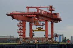 Lastningsbrygga Crane Adjacent till floden utan behållaren Royaltyfri Fotografi