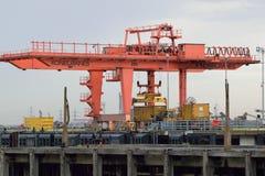 Lastningsbrygga Crane Loading Container på lastbilen Royaltyfria Bilder