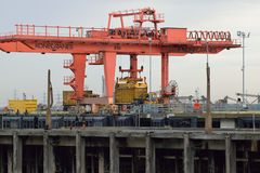 Lastningsbrygga Crane Loading Container på lastbilen Royaltyfri Fotografi