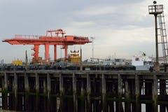 Lastningsbrygga Crane Loading Container på lastbilen Arkivfoton