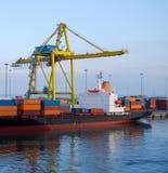 Lastningsbryggakranen lyfter behållare på lastfartyget Royaltyfria Bilder