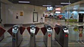 Lastningsbryggaportar - MRT-station Arkivbild