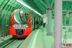 Lastochka在火车站的市郊火车 免版税库存图片