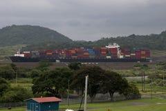 Lastpasserande till och med den Panama kanalen p? ett massivt beh?llareskepp royaltyfri bild